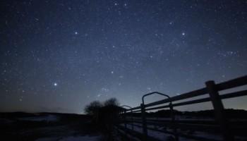 Estrellas que esperan la primavera en Iwate, Japón