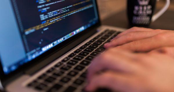 Laptop Macbook Code – Por negative space