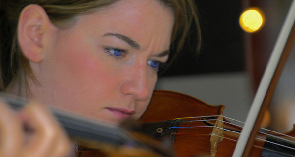 chica violin dubai por karimian